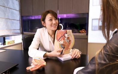 海亞大健康洪芝晨醫師為患者介紹菲蜜莉雷射療程特色